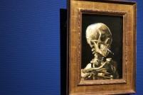 Crâne de squelette fumant une cigarette