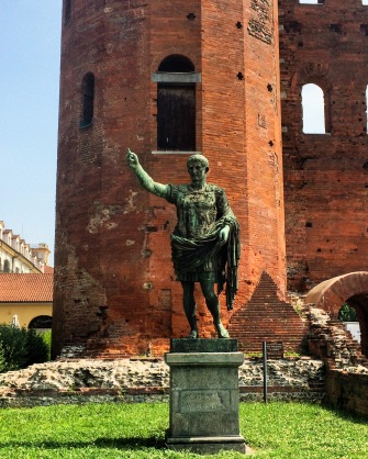 Statue de Jules César devant la Porte Palatine