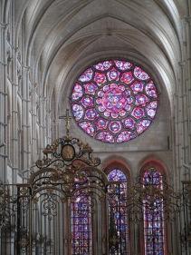 A l'intérieur : rosace et vitraux...