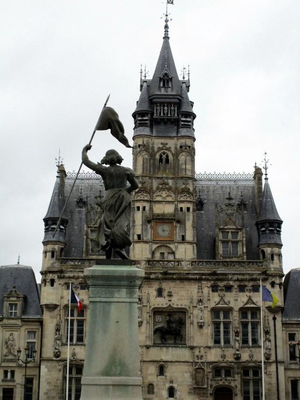 Jeanne d'Arc faisant face à l'Hôtel de Ville
