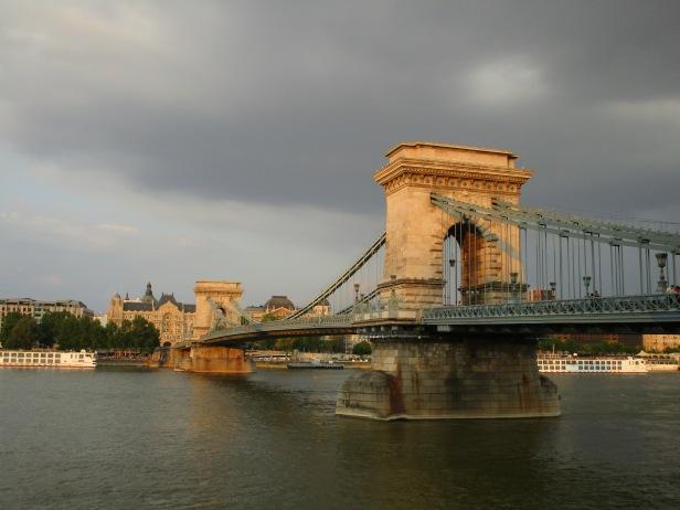 Ciel menaçant sur le Pont des Chaînes