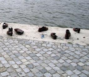 En face du Parlement : Mémorial des Juifs fusillés et jetés dans le Danube